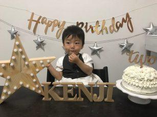生クリームたっぷりのケーキで誕生日をお祝いしました。